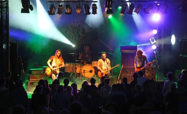 Die Band Iguana auf der Hauptbühne