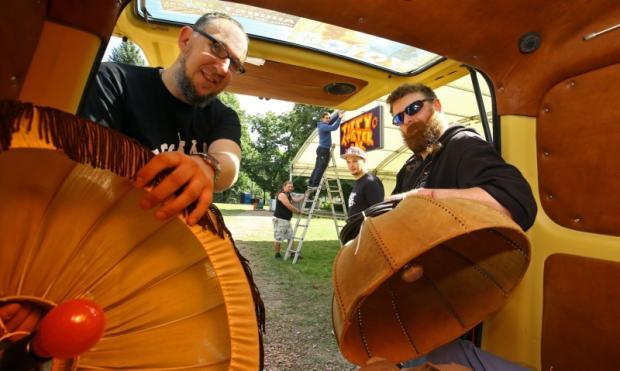Marcel Klapptische (links) ist schon seit 20 Jahren beim Voice-of-Art-Festival dabei und betreibt mit Silvio Czepik die Titty Twister Bar. Als Beleuchtung dienen bei ihnen alte Lampenschirme aus DDR-Zeiten.