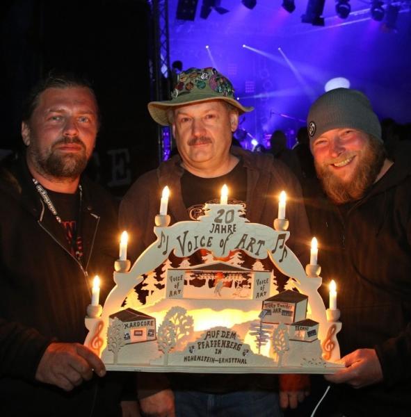 """Karsten Böhm, Jürgen Pönisch und René Driese (von links) mit dem Schwibbogen für das """"Voice of Art""""-Festival. Foto: Markus Pfeifer"""